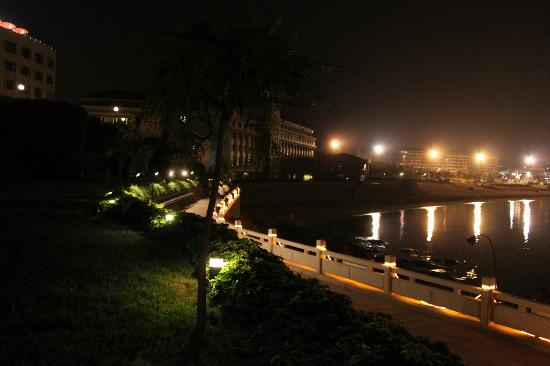 Wei Hai Golden Bay Hotel: Вечером перед отелем. 