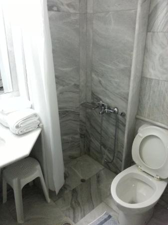 Yakinthos Hotel: Bathroom