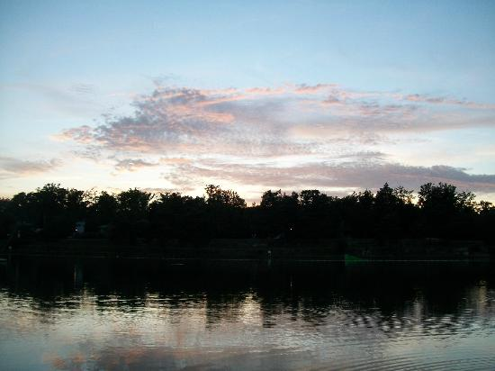 Les Alicourts Resort: sunset over the lake