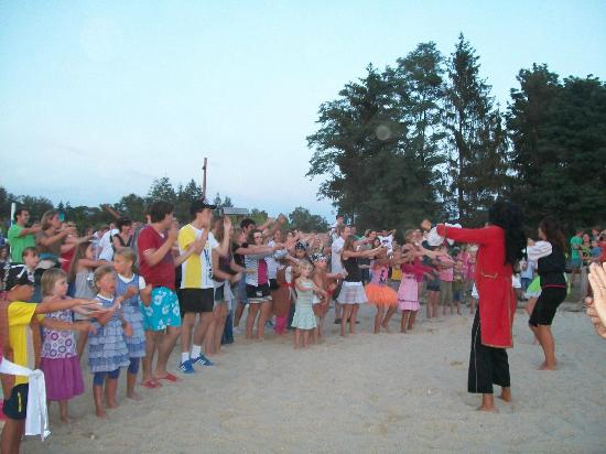 Les Alicourts Resort: beach party