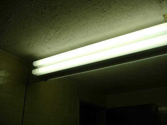 Americas Best Value Inn: Bare florescent bulbs for lighting