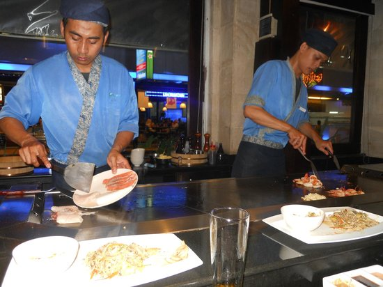 Bluefin Japanese Fusion and Lounge: Great chefs making our delicious food !