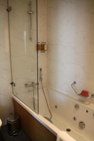 Misafir Suites 8 Istanbul: Vasca/doccia