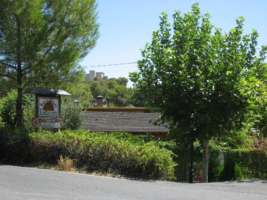 Horno de Salvador: Entrada al restaurante, en el cruce hacia el castillo y Parador
