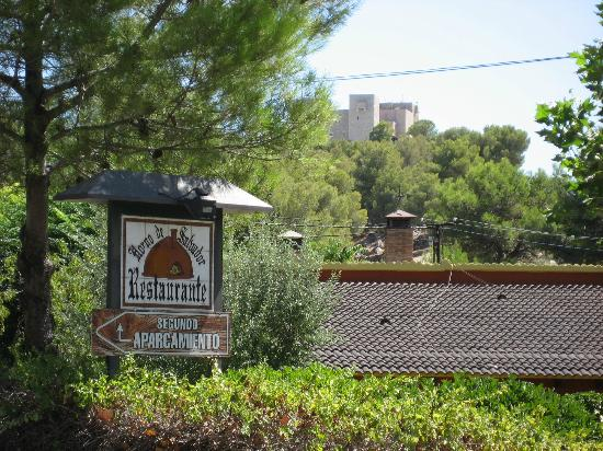 Horno de Salvador: Cartel de la entrada al restaurante. Al fondo el castillo y el Parador