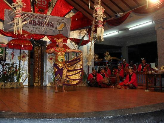 Adi Dharma Cottages: Inhouse Balinese Dance Night