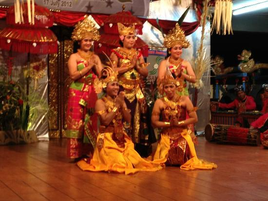Adi Dharma Cottages: Balinese Dance Night/Inhouse