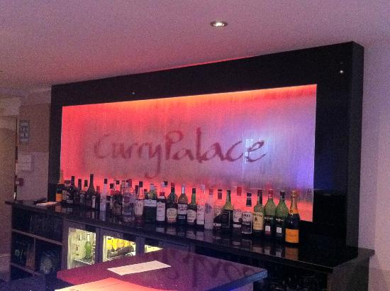Curry Palace : Bedhind the bar