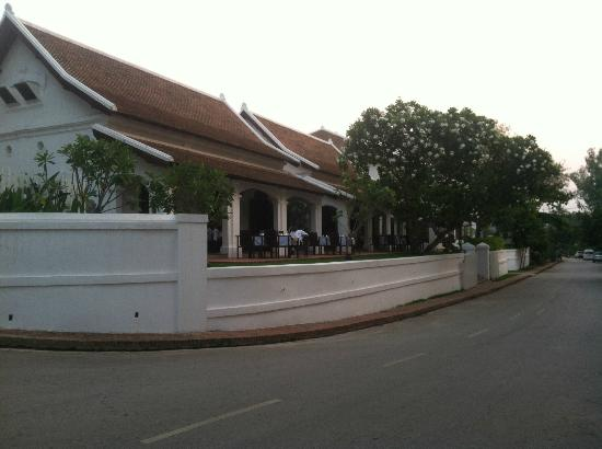 Victoria Xiengthong Palace: Restaurant with terrace overlooking the Mekong River