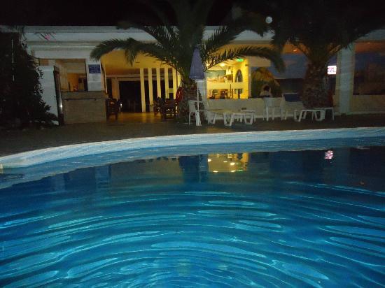 Casa di Roma: η πισίνα το βράδυ