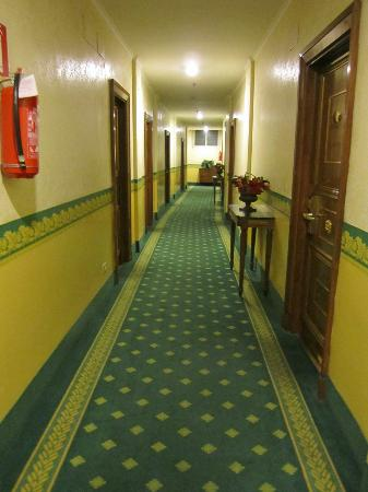 Hotel Imperiale: Hallway leading to rooms- cheap and old