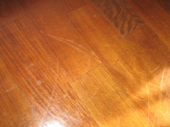 Hotel Imperiale: Scratched and stained floors in room