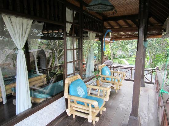Swasti Eco Cottages: le balcon de la chambre nyoman, à l'étage 