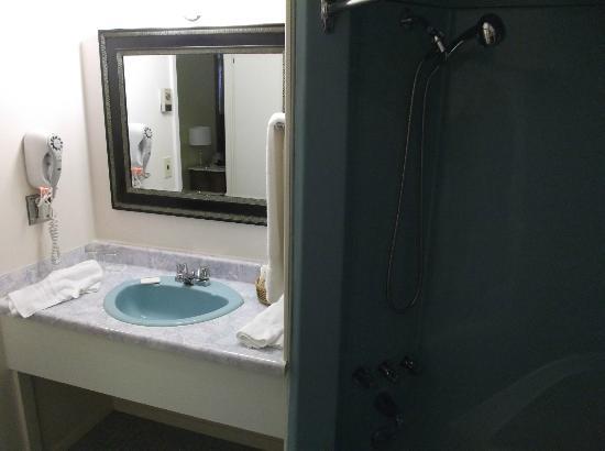 Hotel Motel Le Chateau: Salle de bain de la chambre 204 au 31 août 2012.