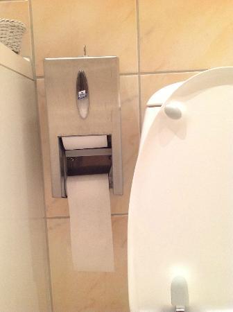 Best Western Jorgensens Hotel: toilet paper dispenser...like bus terminal!