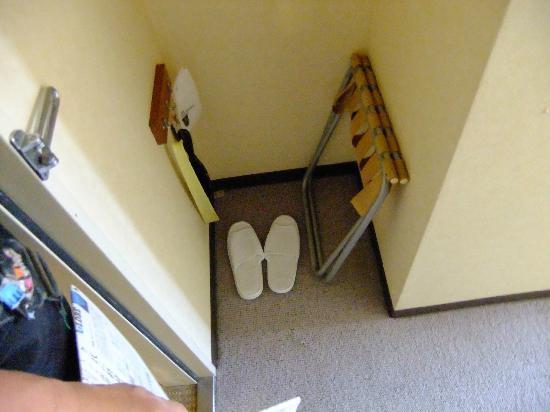 Hotel Ruiz: ハンガーかけの下のスペースに,鞄置きやスリッパ