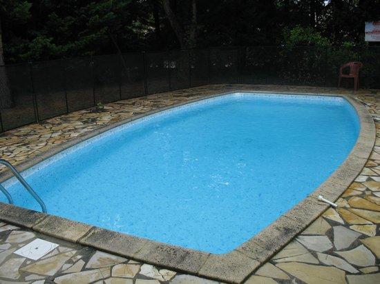 Clos Fleuri: piscine 8 x 4