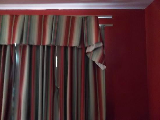 Canyon Inn Flagstaff: Torn curtains
