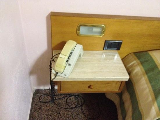 Hotel Ristorante Vecchia Maremma: comodino e telefono nuovo