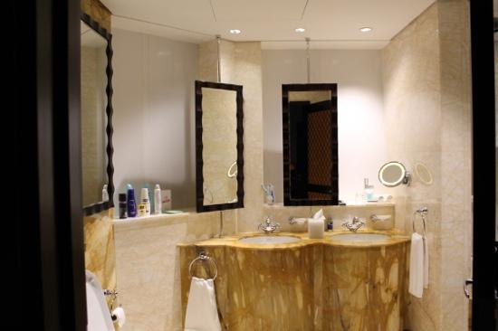 Ramada Jumeirah: bathroom