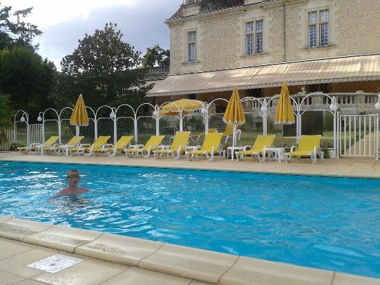 Chateau de Monrecour: Espace Piscine devant la terrasse du Chateau