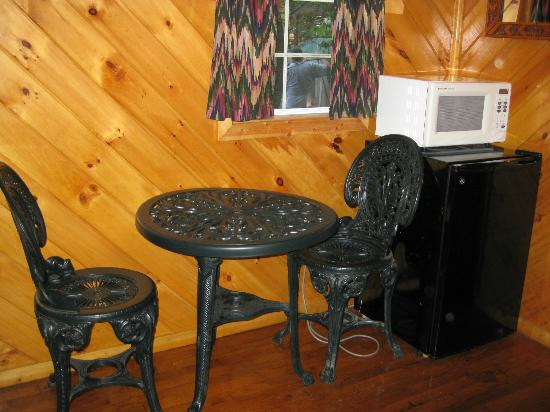 Big Oaks Family Campground: table in cabin