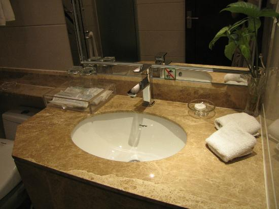 Peninsula Hotel: Bathroom