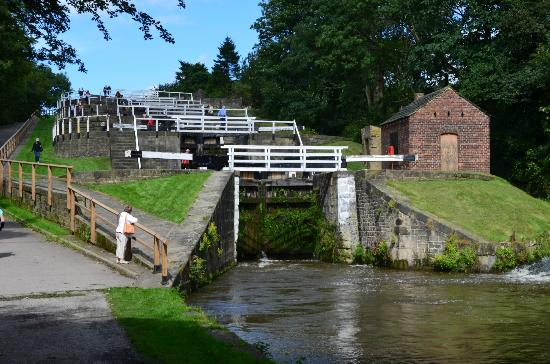 Bingley, UK: Photo of the 5 Rise locks from below