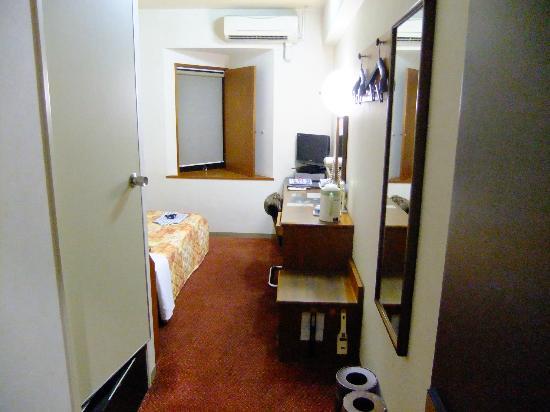 Shii sar Inn Naha: 三角出窓、机まわり、机横荷物台