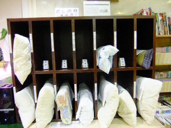 Shii sar Inn Naha: フロントにあるいろいろな貸し出し用枕