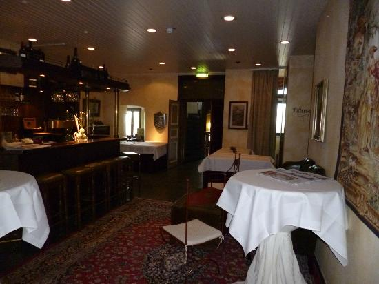 Hotel Burg Staufenberg: Der Durchgang von der Lobby zum Turm
