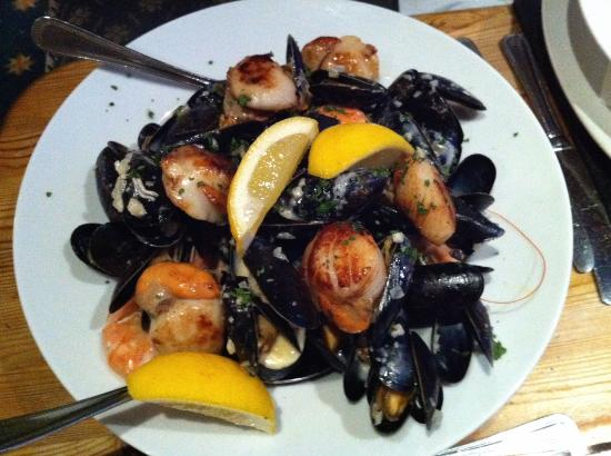 Beamers Restaurant: Starter of scallops, mussels and crevetts in garlic, herbs & cream to share