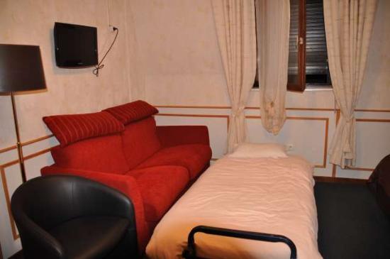 Le Rapp Hotel: Sofa rouge et moquette verte