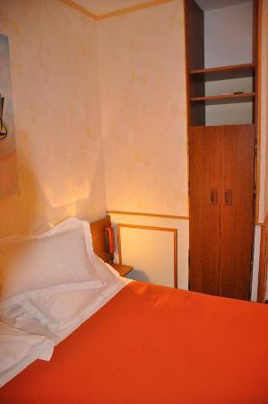 Le Rapp Hotel: Le lit et son armoire en formica des années 70