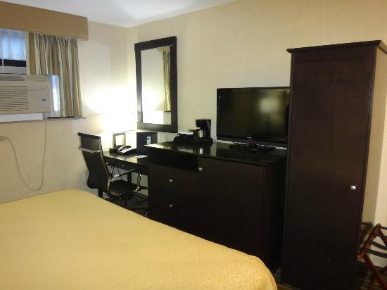 Quality Inn Woodside: room 132 central vista