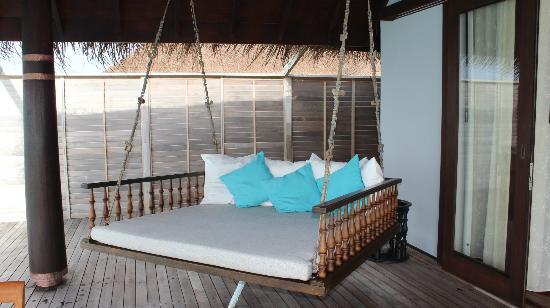 schaukel bett auf veranda bild von anantara kihavah. Black Bedroom Furniture Sets. Home Design Ideas