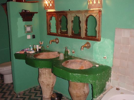 Riad Lune et Soleil: salle de bain suite zaïane