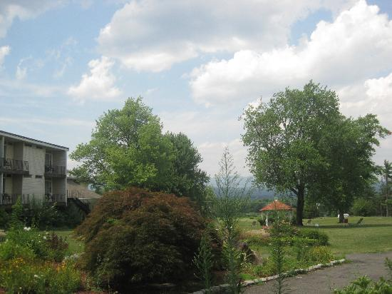 Hudson Valley Resort and Spa: View of the scenery from the back of the hotel