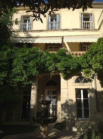 Cinq & Sept: View of the building and ground floor Pezenas Suite