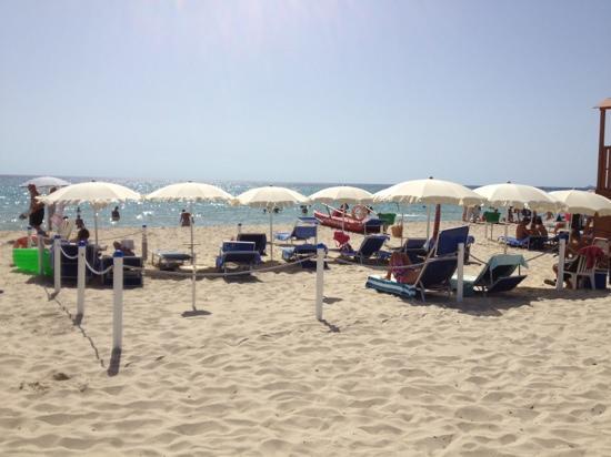 Hotel il Vascello: Hotel eigener Strand Service