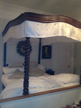 The Elms: 4 poster bed