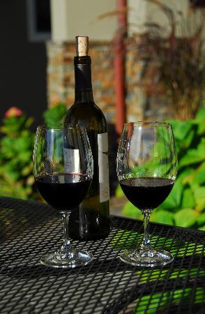Bella Notte - The Inn at East Cliff: Red wine on the patio