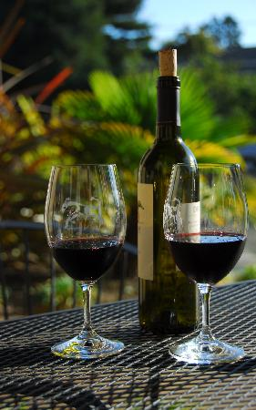 Bella Notte - The Inn at East Cliff: Red wine on the patio 2