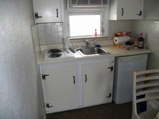 Capri Motor Lodge: Small kitchen area