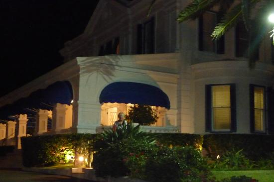 Rosedon Hotel: Nightime at the Front of Hotel