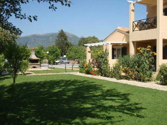 Heliotropia Houses: giardino con barbecue