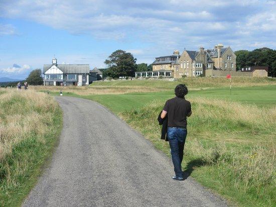 Royal Golf Hotel: Camino entre el campo de golf hacia la playa