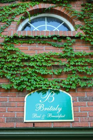Britaly Bed and Breakfast : Sign over the garage door