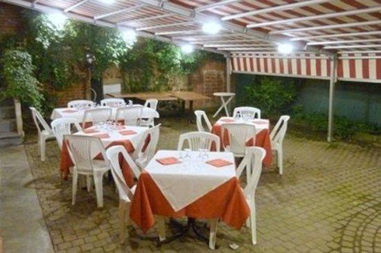 Trattoria San Pietro : Terrazza esterna con giardino