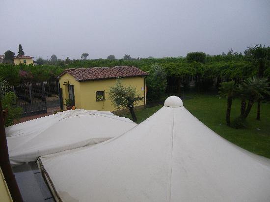 Agriturismo Il Vivaio: photo prise de la chambreau dessus des tonnelles sous la pluie